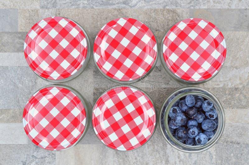 玻璃瓶子用蓝莓 库存照片