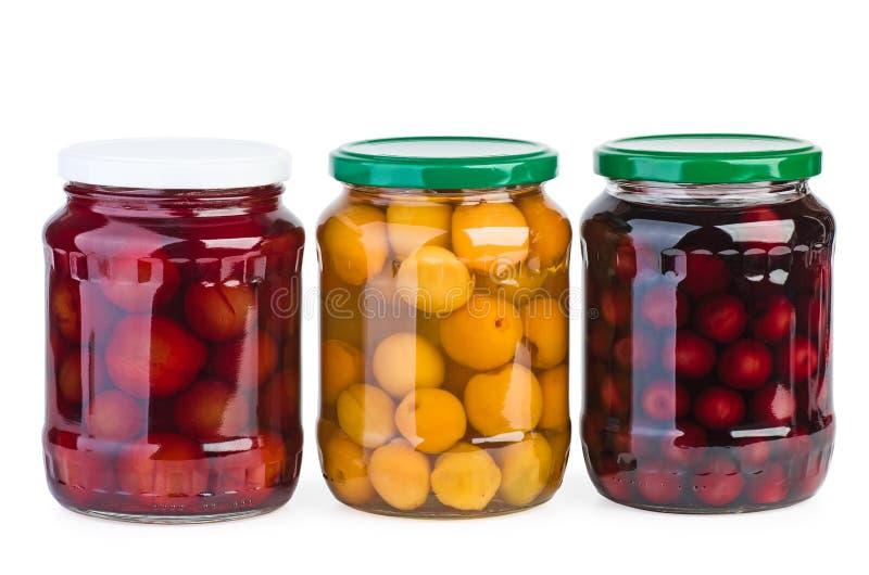 玻璃瓶子用被保存的杏子、樱桃和李子 免版税图库摄影