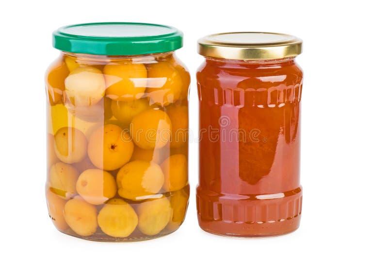 玻璃瓶子用被保存的杏子和果酱 免版税库存照片
