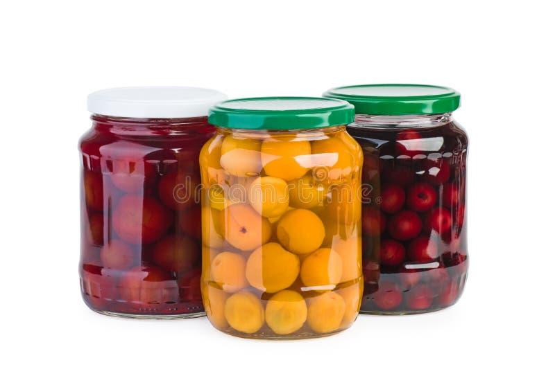 玻璃瓶子用被保存的樱桃、李子和杏子 图库摄影