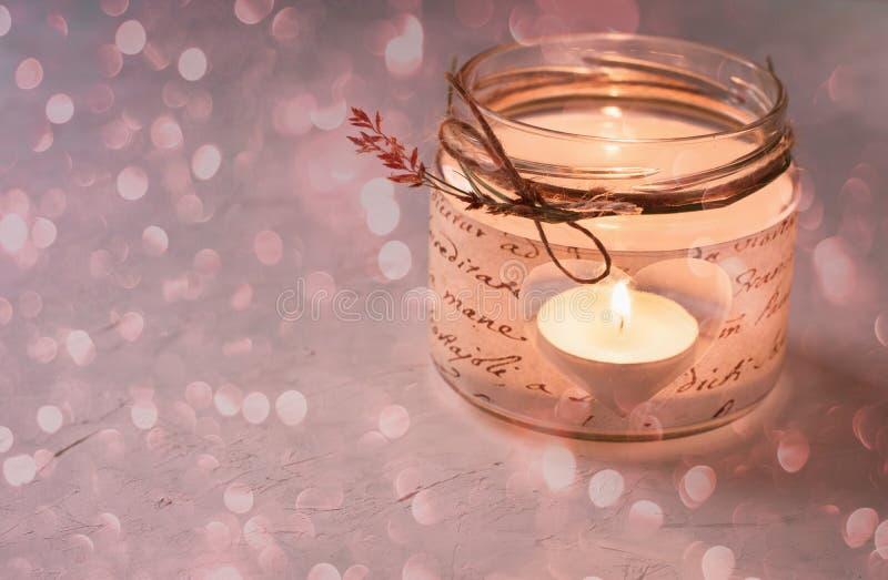玻璃瓶子蜡烛台Decoupage删去了心脏形状闪烁的轻的Bokeh闪烁拷贝空间浪漫不可思议的大气Valentin 免版税图库摄影