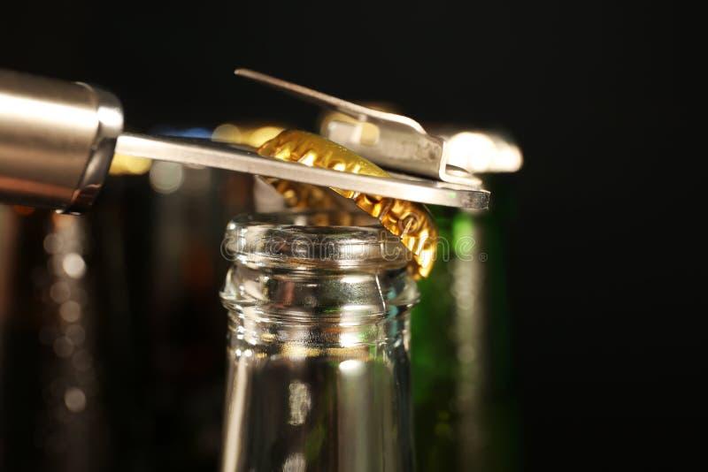 玻璃瓶开头用冰镇啤酒,特写镜头 库存图片