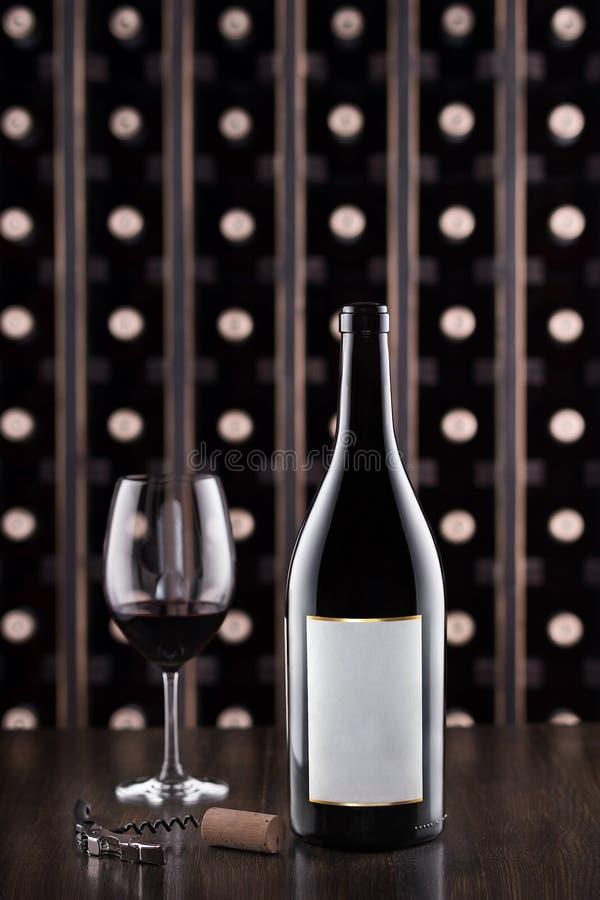 玻璃瓶酒 在存贮的酒测试 地窖科涅克白兰地侧那里橡木喝酒 免版税库存图片