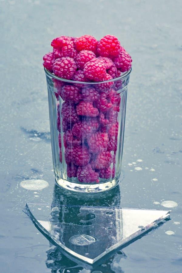 玻璃用在冰的莓 库存图片