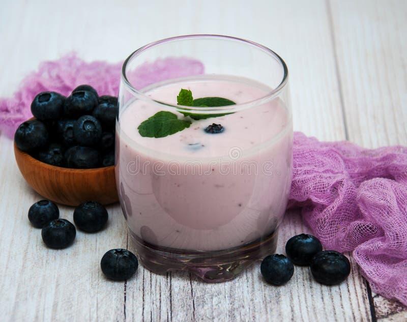 玻璃用蓝莓酸奶 库存照片