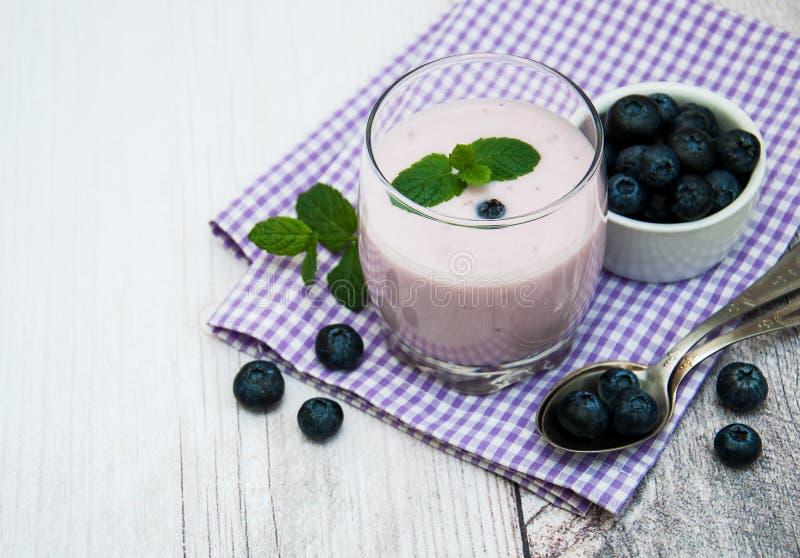 玻璃用蓝莓酸奶 免版税库存图片