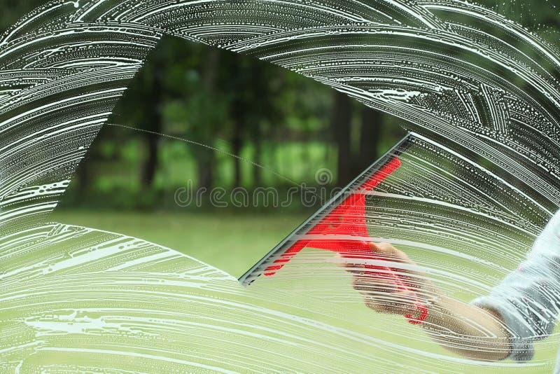 玻璃的家事和橡皮刮板 库存照片