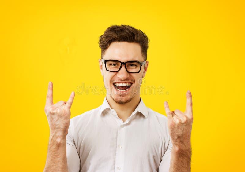 玻璃的年轻人握拳头显示凉快的姿态标志庆祝胜利的 免版税库存图片