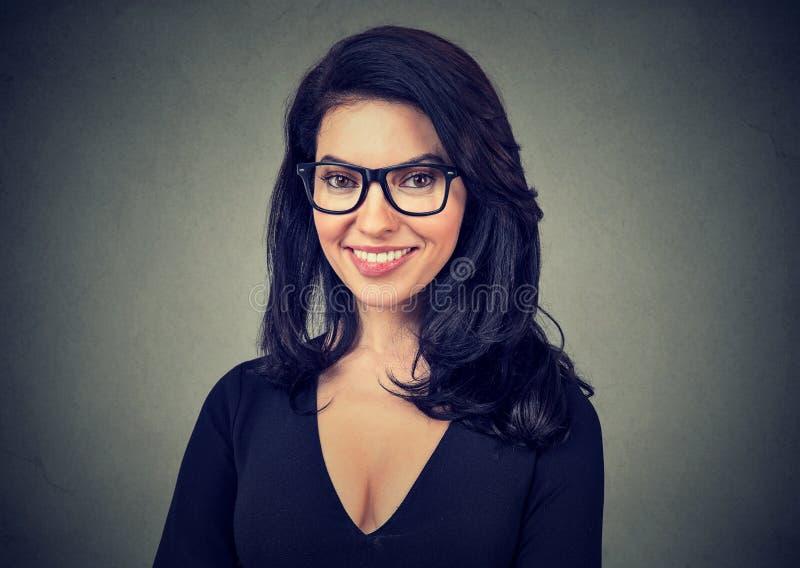 玻璃的快乐的微笑的女实业家 图库摄影