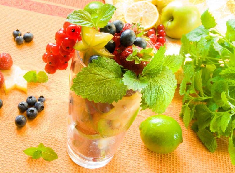玻璃的新鲜水果 免版税库存图片