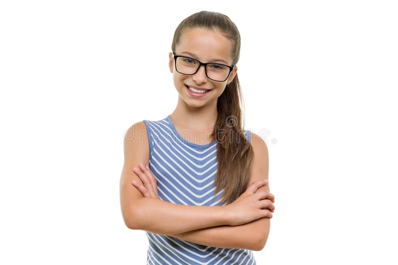 玻璃的确信的女学生与胳膊横渡了微笑在白色背景,被隔绝 库存图片