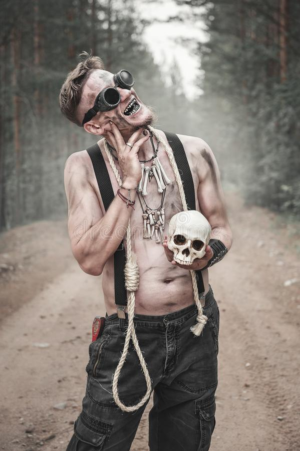 玻璃的食人者人与头骨和绳索 免版税库存照片