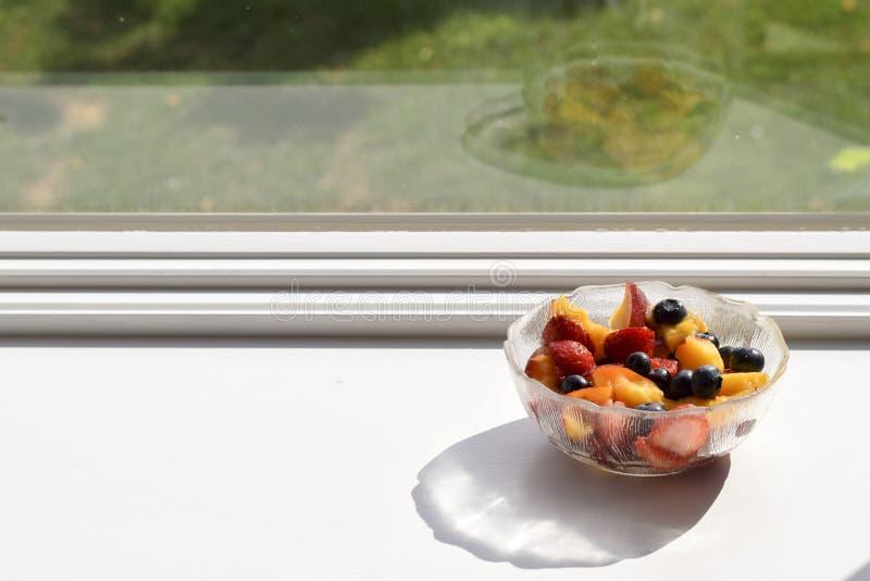 玻璃碗新伐水果沙拉 免版税库存图片