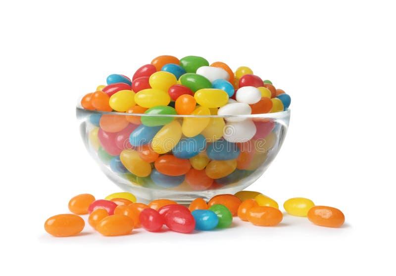 玻璃碗用在白色的鲜美明亮的软心豆粒糖 免版税库存图片