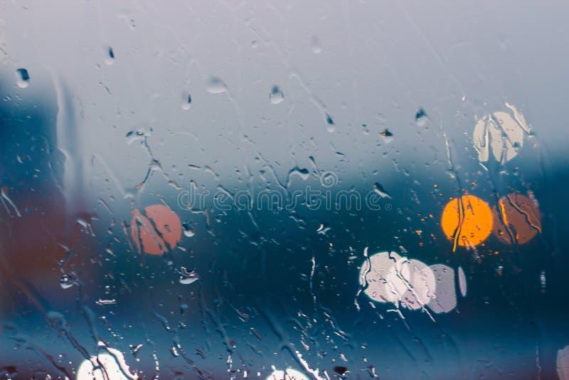 玻璃窗在下雨天背景中. bubblegum, 模式.图片