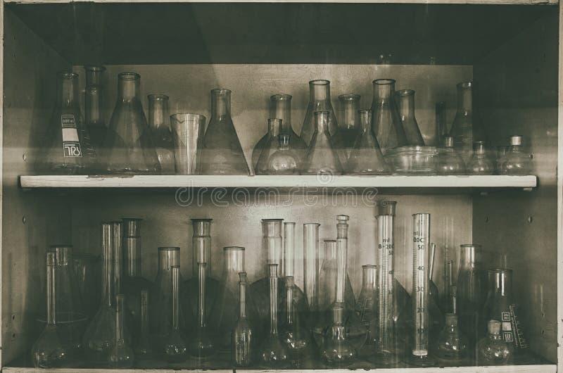 玻璃管在被放弃的化工实验室 库存照片