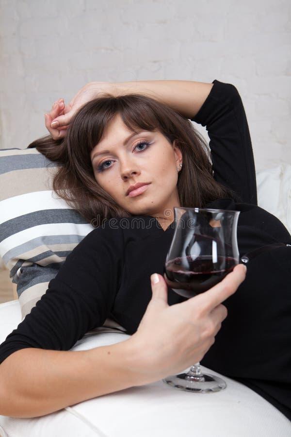 Download 玻璃红葡萄酒妇女年轻人 库存图片. 图片 包括有 饮料, 节假日, 沮丧, 寂寞, 礼服, 房子, 性感 - 15697585