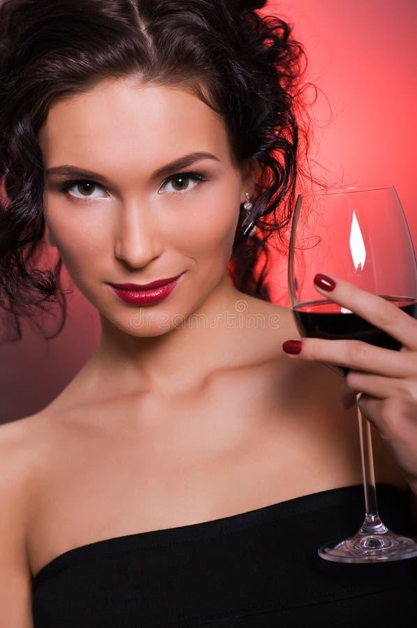 玻璃红葡萄酒妇女年轻人 库存图片