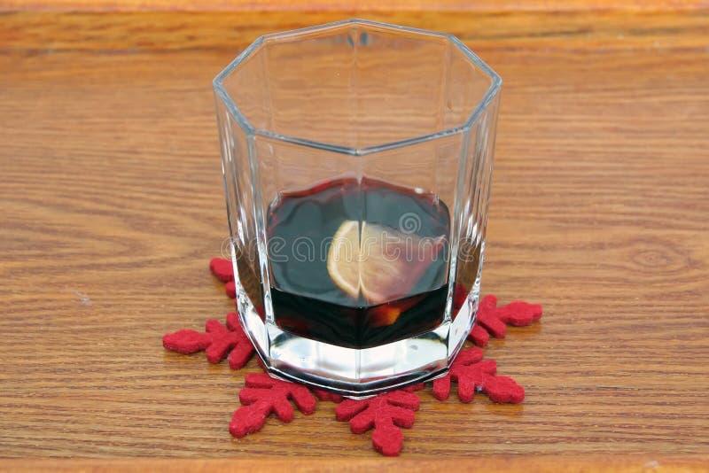 玻璃被仔细考虑的酒 季节精神 库存照片