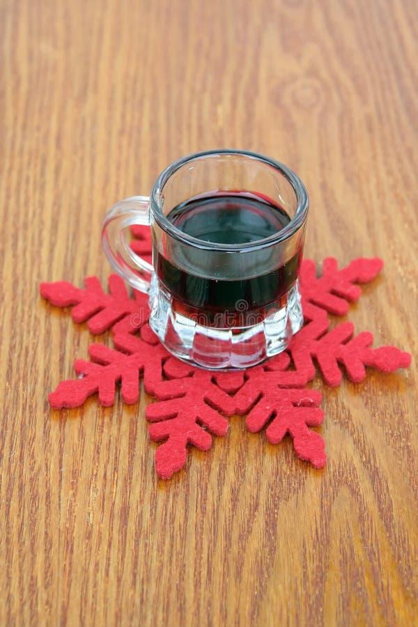 玻璃被仔细考虑的酒 季节精神 免版税库存图片
