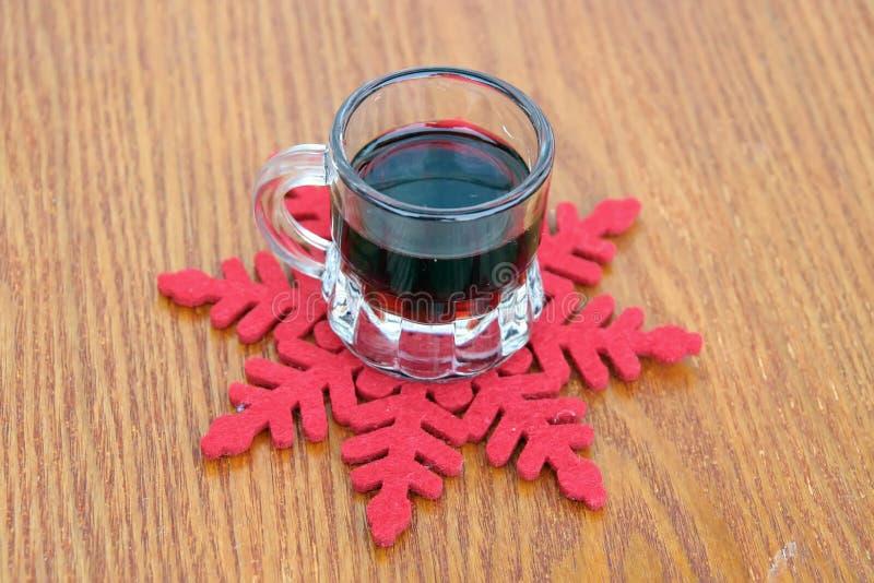 玻璃被仔细考虑的酒 季节精神 图库摄影