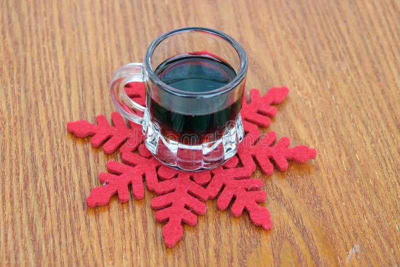 玻璃被仔细考虑的酒 季节精神 库存图片