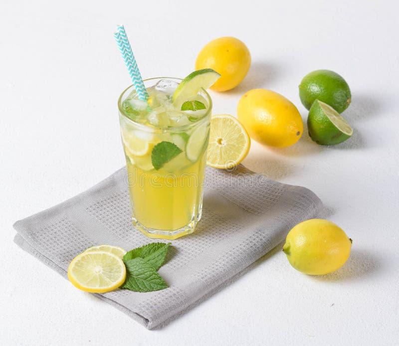 玻璃被隔绝的柠檬水石灰白色背景春天夏天 库存图片