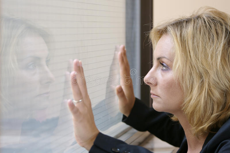 玻璃身分变了坚韧妇女年轻人 库存图片