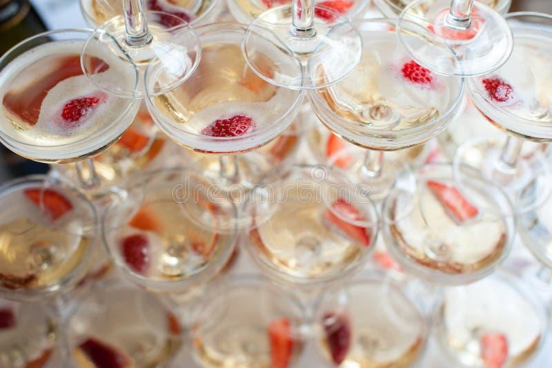 玻璃金字塔用香槟和草莓 免版税库存图片