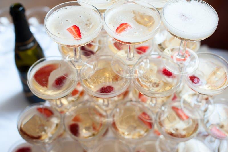 玻璃金字塔用香槟和草莓 库存图片
