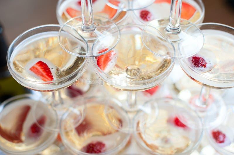 玻璃金字塔用香槟和草莓 库存照片