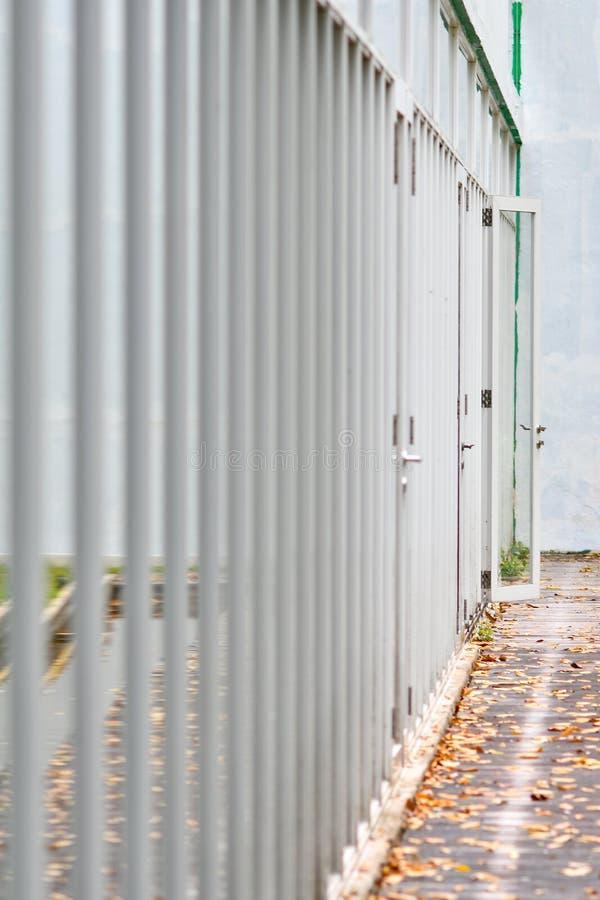玻璃门走廊  免版税库存图片