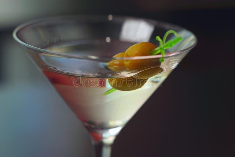 玻璃马蒂尼鸡尾酒橄榄二 图库摄影