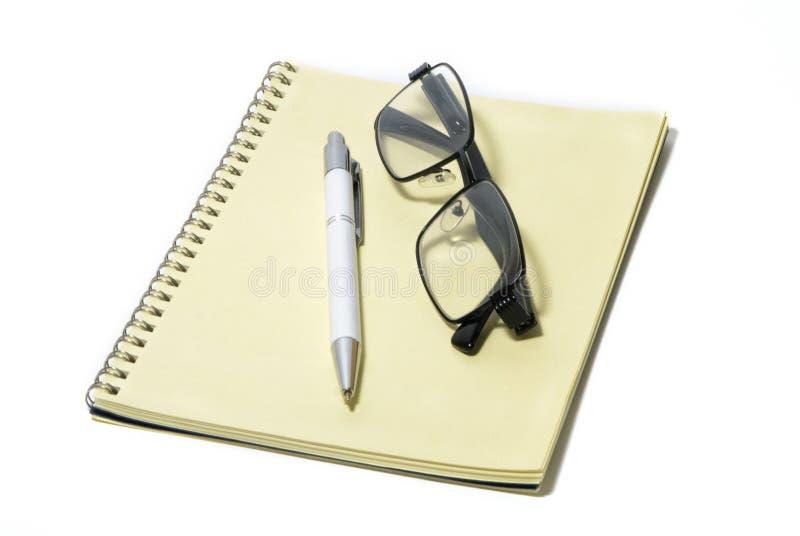 玻璃,黑外缘,笔记薄,笔,办公用品,辅助部件 库存照片
