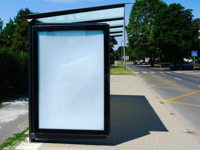 玻璃&铝结构公车候车厅与广告空间的 免版税库存图片