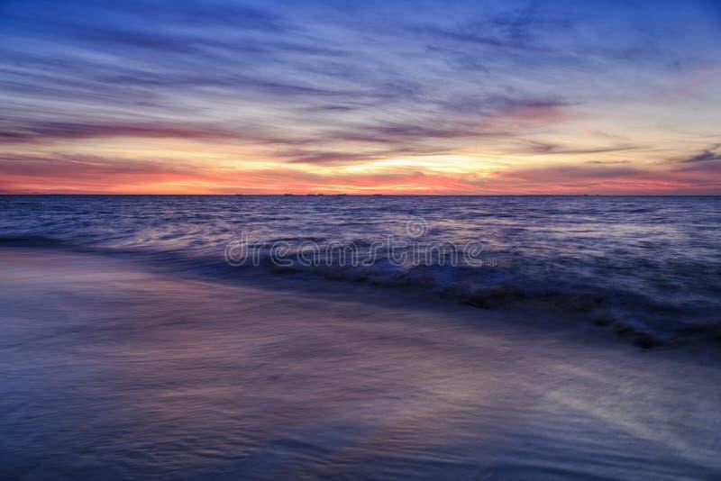 珀斯海滩沙子红色日落 库存照片