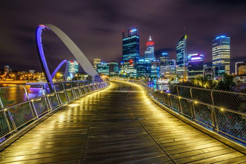 珀斯,澳大利亚- 2018年10月18日:伊丽莎白码头珀斯桥梁和地平线在晚上 免版税库存照片