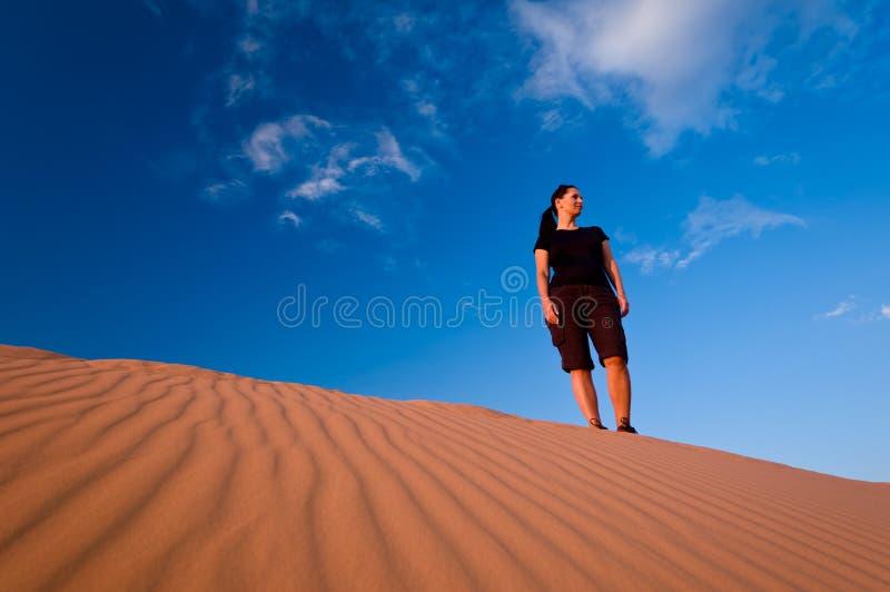 珊瑚沙丘桃红色沙子妇女 库存图片