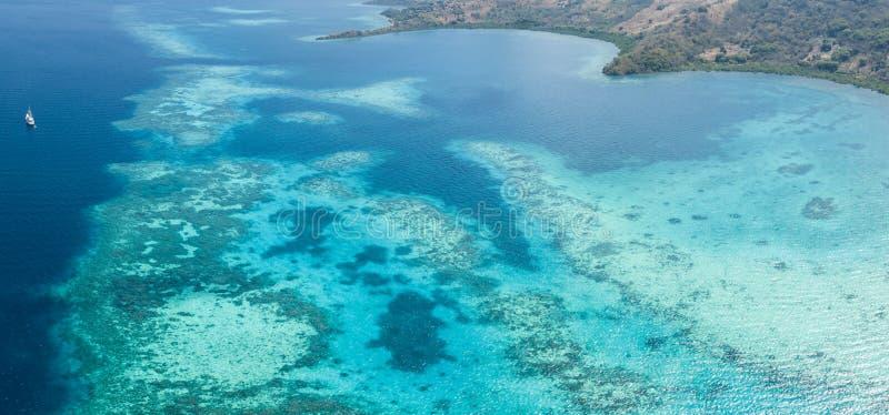 珊瑚礁和海岛空中全景在印度尼西亚 库存照片