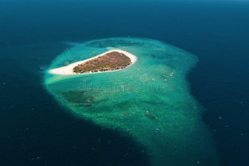 珊瑚礁和蓝色海包围的小异乎寻常的海岛鸟瞰图  库存图片
