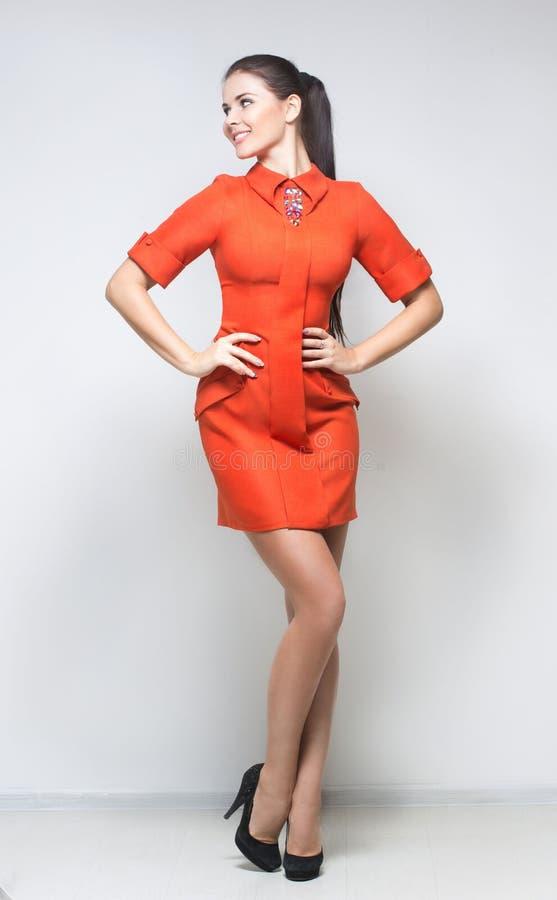 珊瑚礼服性感的妇女 免版税库存照片