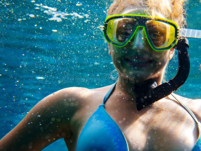 珊瑚鱼横向礁石热带水中 免版税库存图片