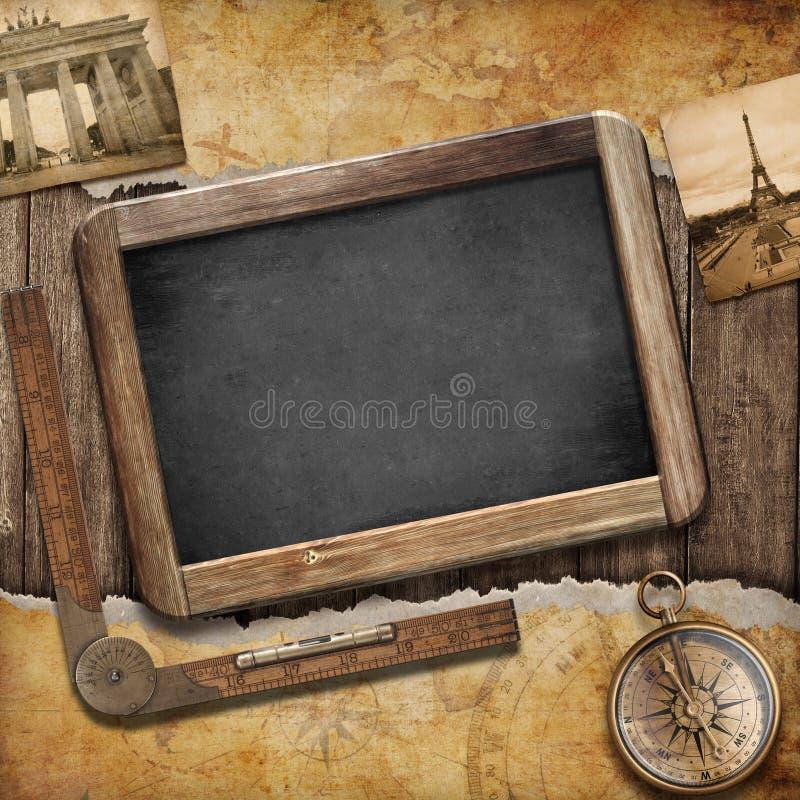 珍宝地图、黑板和老指南针。船舶静物画 库存图片