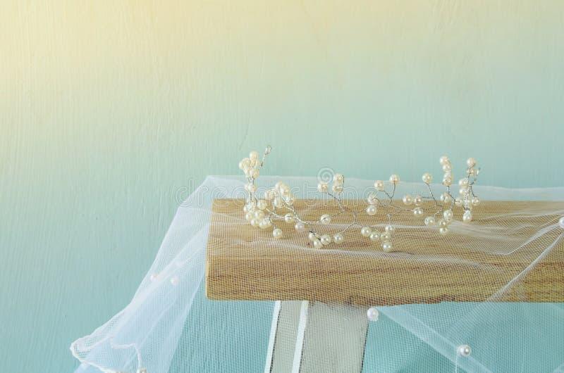 珍珠冠状头饰的图象在梳妆台上的 过滤和定调子 库存照片
