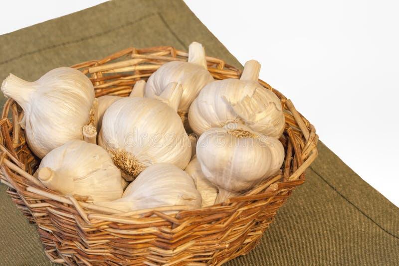 珍珠大蒜篮子在绿色席子的 库存照片