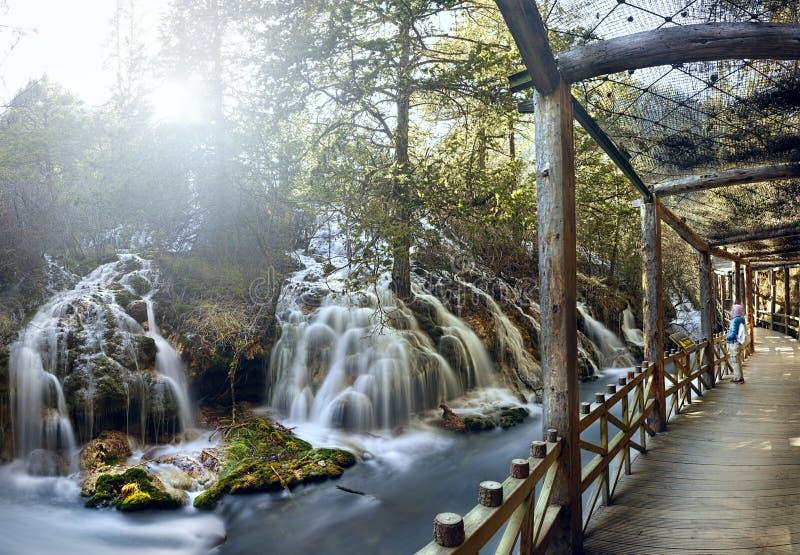 珍珠浅滩瀑布的九寨沟,中国木板走道 库存照片