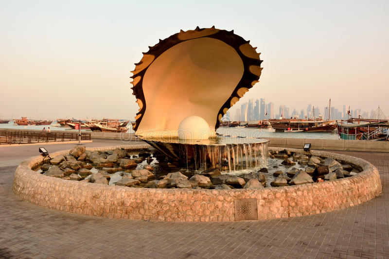 珍珠纪念碑在日出的多哈 免版税库存图片