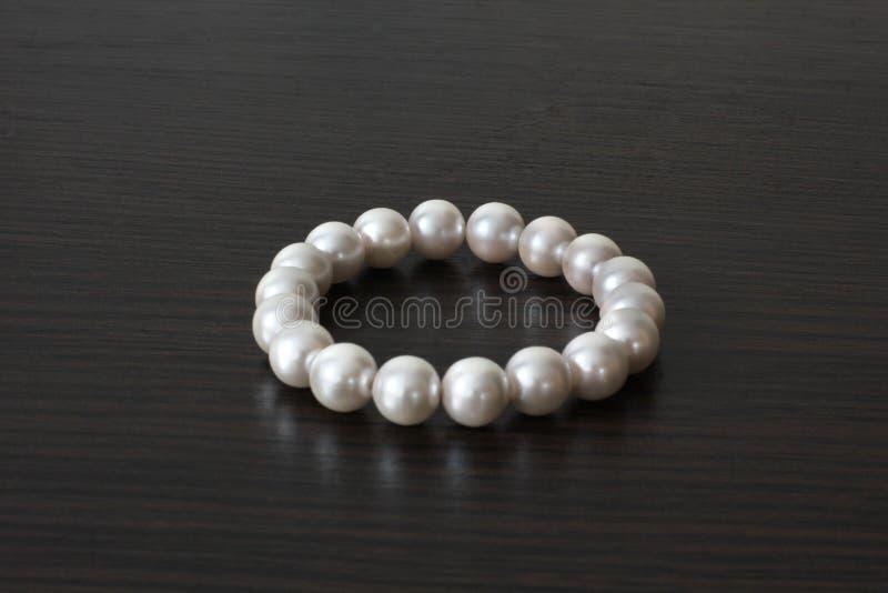 珍珠镯子 珠宝 妇女` s首饰 豪华镯子 图库摄影