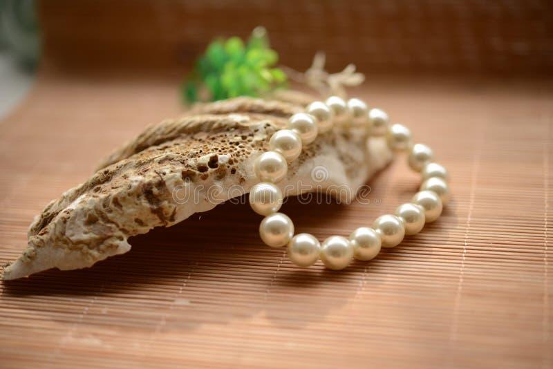 珍珠镯子 免版税库存图片
