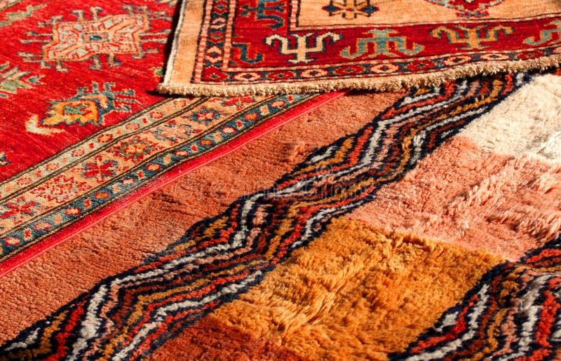 珍贵的中东地毯手工制造羊毛在antiq的待售 免版税图库摄影